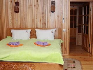 Гостинна садиба «Родинне гніздо» для прекрасного відпочинку пропонує:  Комфортний номер люкс «Боярський» (чотирьохмісний)(сніданки включені)