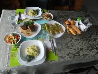 Кухарі гостинної садиби «Родинне гніздо» порадують гостей смачними стравами української традиційної кухні.
