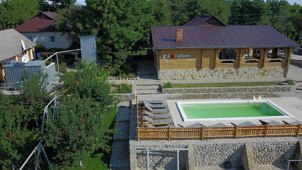 Насолоджуйтеся цими теплими осінніми днями в гостинній садибі «Родинне гніздо» в селі Губник, Вінницька область!