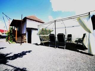 Внутренний двор с шатром для отдыха