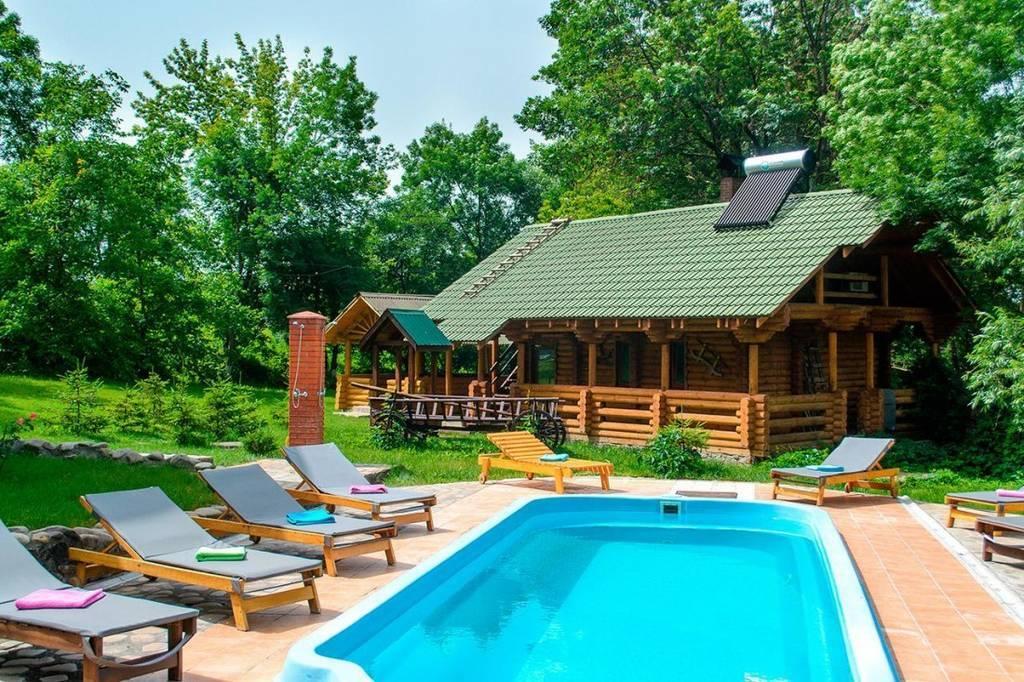 Відчуйте всі барви осені насолоджуючись комфортом проживання в гостинній садибі «Родинне гніздо» в селі Гармаки, Вінницька область.
