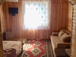 Номер с двухспальной кроватью и раскладным диваном. Красный корпус