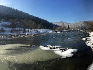 Річка взимку