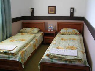 Эконом -  -  300 гр - одно спальное место ( в номере две раздельные кровати и сан узел )