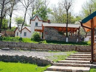 Гостинна садиба «Родинне гніздо» пропонує незабутній відпочинок з друзями в затишних будиночках та номерах.