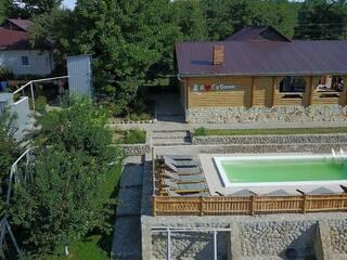 Гостинна садиба «Родинне гніздо» в селі Губник - це прекрасна можливість відволіктися від міської метушні, роботи і повсякденних турбот.