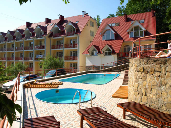 Санаторий «Солнечный» приглашает на летний отдых с бассейном в Карпатах